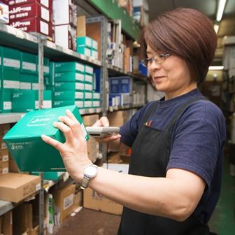 倉庫での出荷検品作業
